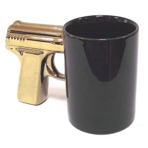kruzhka_pistolet_chernaya_s_zolotistoj_ruchkoj-2.jpg