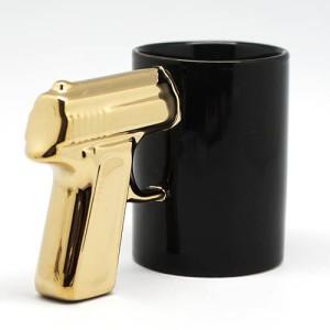 """Кружка """"Пистолет"""" черная с золотистой ручкой"""