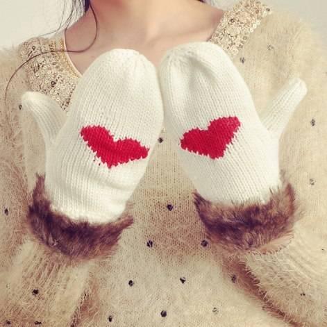 Варежки с сердцами светлые